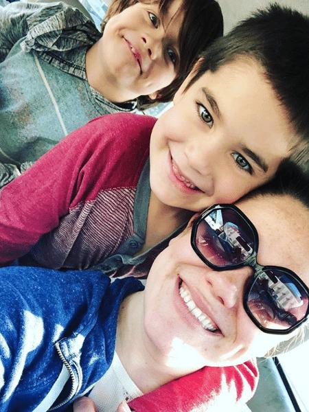 Jane, de 28 anos, com os dois filhos - Reprodução/Instagram