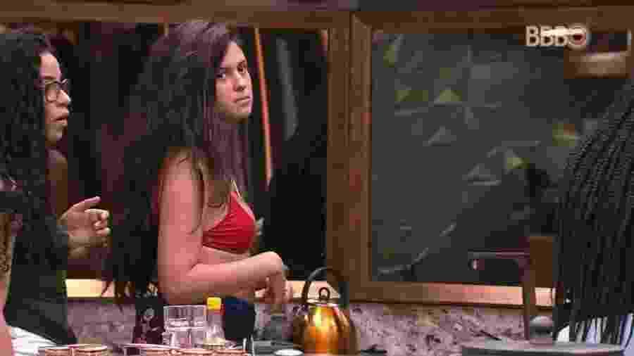 Hana conversa com as sisters na cozinha da casa  - Reprodução/GloboPlay