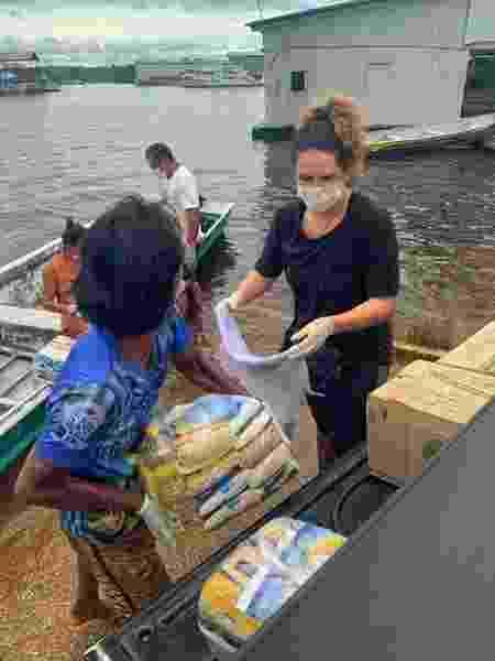 Entrega de doações à comunidade Inhaã-Bé, em Manaus (AM), após arrecadação organizada pela cantora amazonense Márcia Novo - Thaianty Gonçalves/Arquivo pessoal