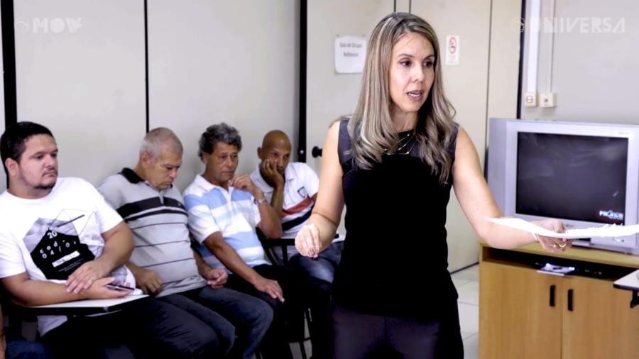 """A psicóloga Joelma Perrut durante aula na Escola de Homens: """"Cuidar deles também é cuidar das vítimas"""" - Reprodução/MOV/UOL"""