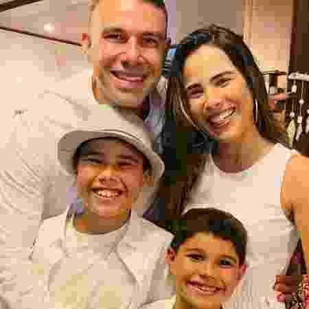 Wanessa Camargo ao lado da família - Reprodução/Instagram
