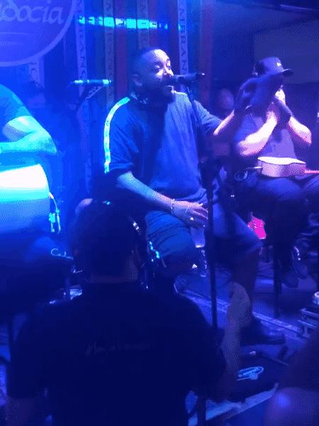 11.08.2020 - O cantor Tiee em show no boteco Capadócia, no Rio de Janeiro - Reprodução/Twitter