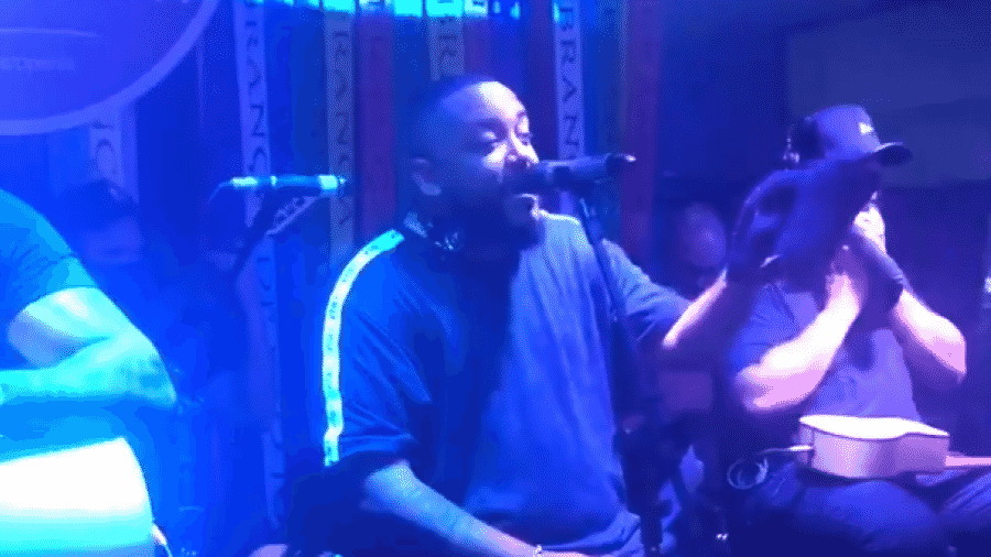 O cantor Tiee em show no boteco Capadócia, no Rio de Janeiro - Reprodução/Twitter