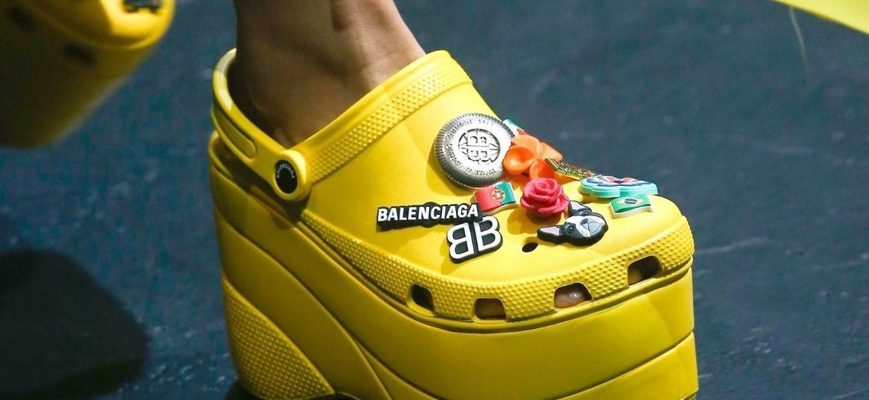 Crocs feito em colaboração com a Balenciaga - Getty Images