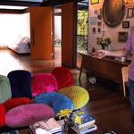 O sofá todo colorido dos irmãos Campana que está na mansão de Pedro Bial é avaliado em mais de RS 120 mil - Reprodução / Youtube
