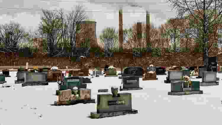 Alguns moradores optaram por vender suas casas, mas continuaram morando nelas ? e alguns já foram enterrados no cemitério da cidade - Harmon Leon/BBC - Harmon Leon/BBC