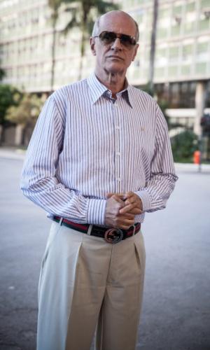 Feliciano (Marcos Caruso) é um playboy da velha guarda, pai de Vavá (Marcello Novaes), Dalila (Alexandre Richter) e Úrsula (Julia Rabelo). Ele não é muito chegado ao trabalho e nunca soube administrar muito bem suas posses, a única coisa que ele tem hoje em dia é seu apartamento, uma cobertura decadente localizada na zona sul do Rio de Janeiro