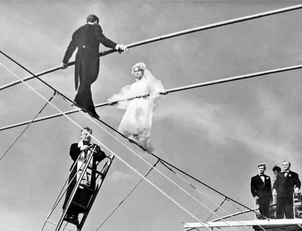 Um curioso casamento de equilibristas realizado na França, em 1954 - Bettmann/CORBIS