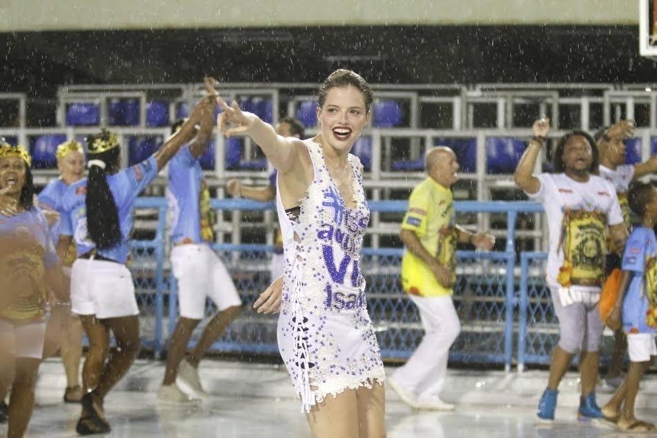 13.dez.2015 - Agatha Moreira participa de ensaio técnico da Vila Isabel, no Rio de Janeiro