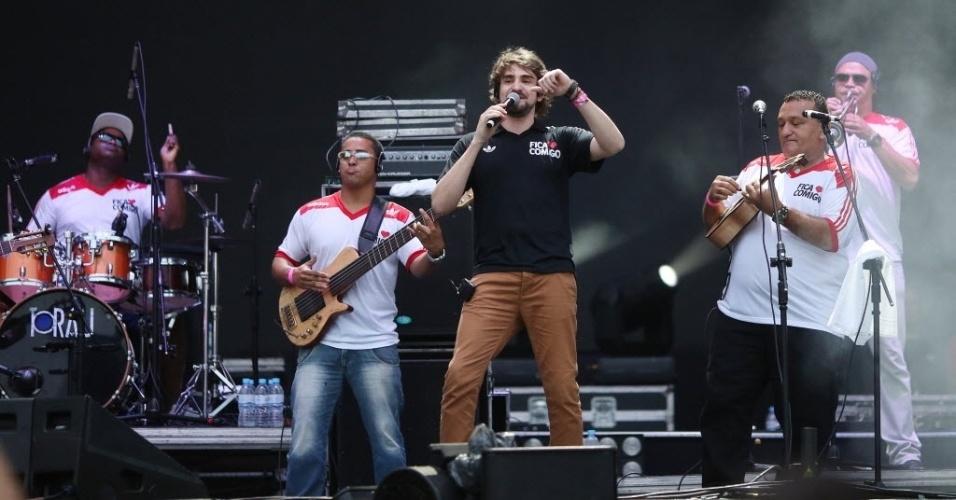 23.jan.2016 - A banda Fica Comigo agita o público do CarnaUOL, que acontece no Urban Stage, em São Paulo. A edição no Rio de Janeiro acontece dia 05 de fevereiro.