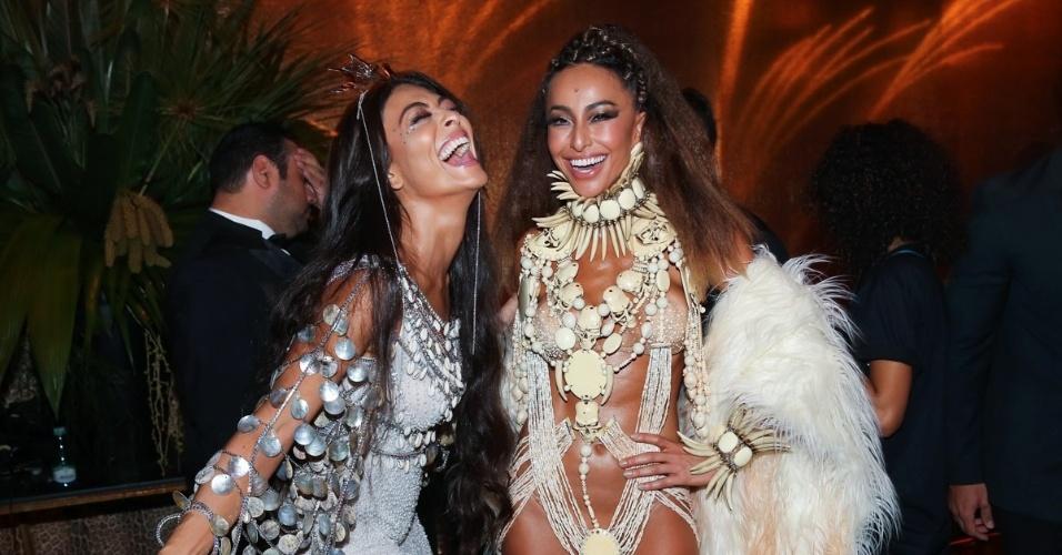 28.jan.2016 - Juliana Paes e Sabrina Sato exibem suas fantasias no baile da Vogue, em um hotel em São Paulo com o tema Pop África
