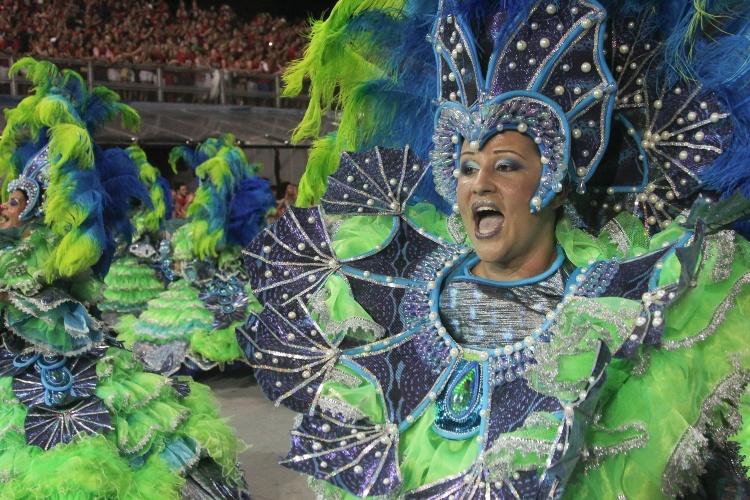 6.fev.2016 - Ala das baianas aparece logo no início do desfile da Unidos de Vila Maria, que narra história de Ilhabela na madrugada deste sábado