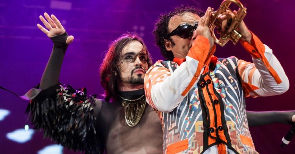 6.fev.2016 - Johnny Hooker participa do show do Maestro Forró no Marco Zero