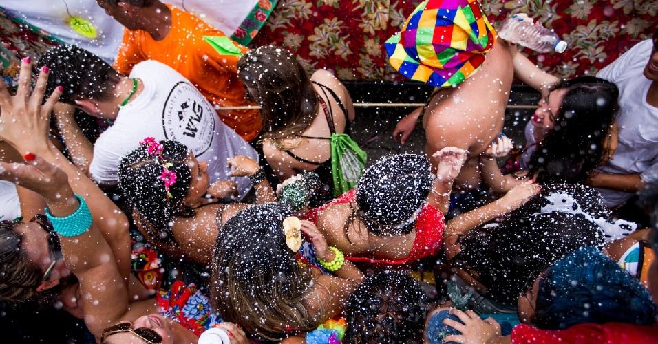 6.fev.2016 - O tradicional Carnaval de marchinhas em São Luiz do Paratinga, no Vale do Paraíba, em São Paulo, encheu o centro histórico da cidade com muita cor e espuma