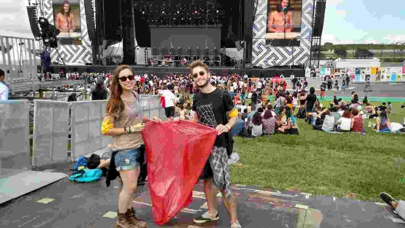 12.mar.2016 - Os amigos Ana Beatriz Paulichenco, 21, e Thiago Munhoz, 21, aderiram à campanha do Lollapalooza Brasil 2016, que oferece uma camiseta oficial para quem recolher e entregar um saco de lixo reciclável - Felipe Cruz/UOL