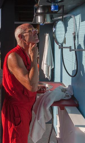 """ReActor - O artista Ward Shelley se arrisca em sua """"movimentada"""" casa-performance e se barbeia durante a estadia de cinco dias. A estabilidade da construção depende da movimentação de seu colega, que reside na outra ponta da casa, e da força do vento"""