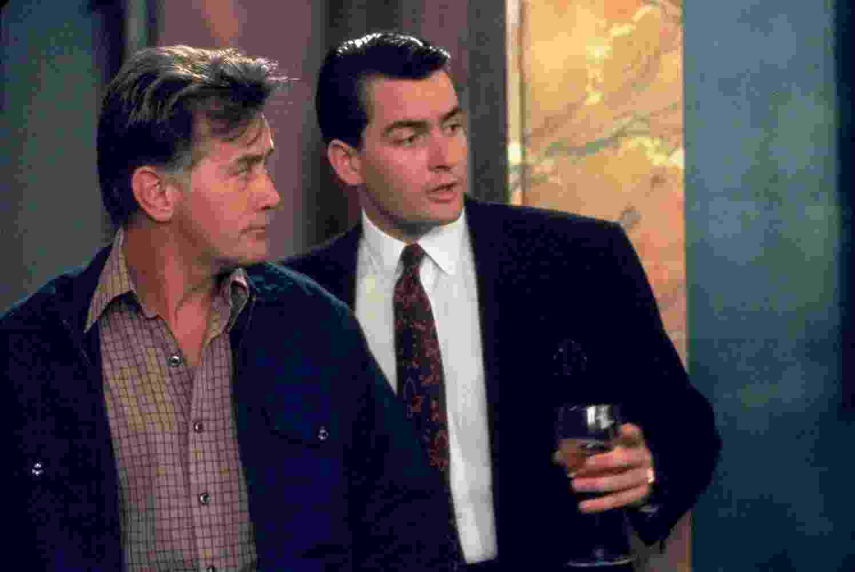 """Charlie Sheen e Martin Sheen em cena no filme """"Wall Street - Poder e Cobiça"""" (1987) - Divulgação"""