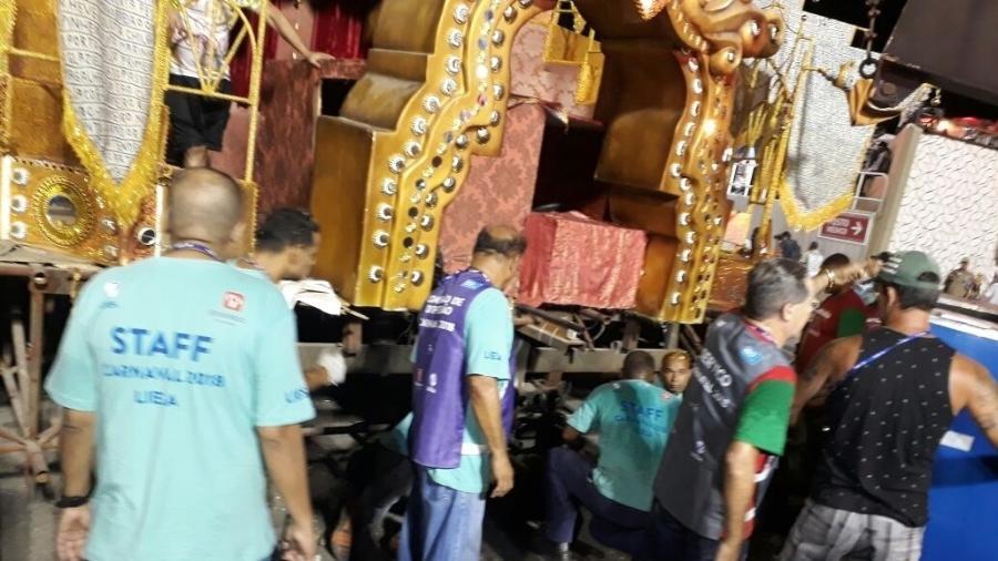 Carro da escola Acadêmicos do Cubango teve a barra de direção quebrada - Liane Rosa/UOL
