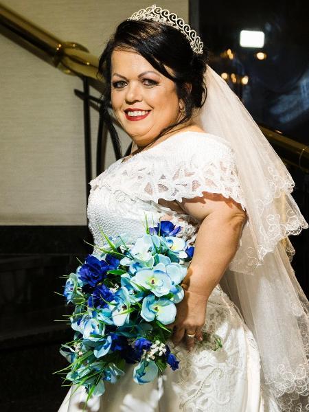 Salete, de 49 anos, posa com vestido de noiva para o estilista Edson Eddel - Carlos Rezende/Divulgação