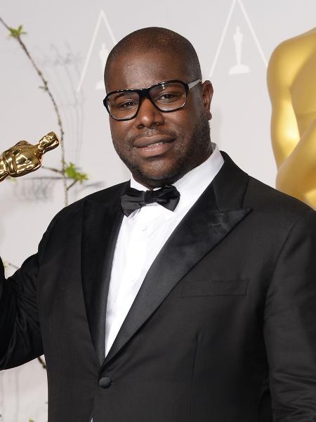 """Steve McQueen com o Oscar de melhor filme por """"12 Anos de Escravidão"""" - Getty Images"""