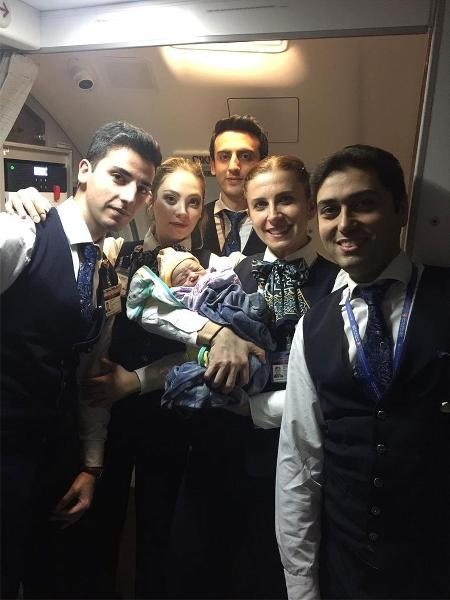 A tripulação da Turkish Airlines com o pequeno Bennel no colo - Reprodução/Twitter