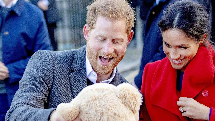 Harry e Meghan recebem dos súditos presente para o bebê durante visita a Birkenhead - PPE/Brazil Photo Press/Folhapress
