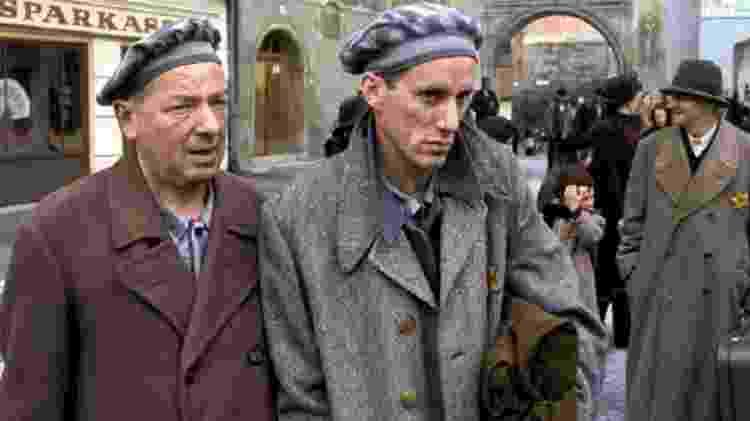 O ator James Woods (no centro) interpretou o artista judeu Karl Weiss, casado com Inga  - Alamy - Alamy