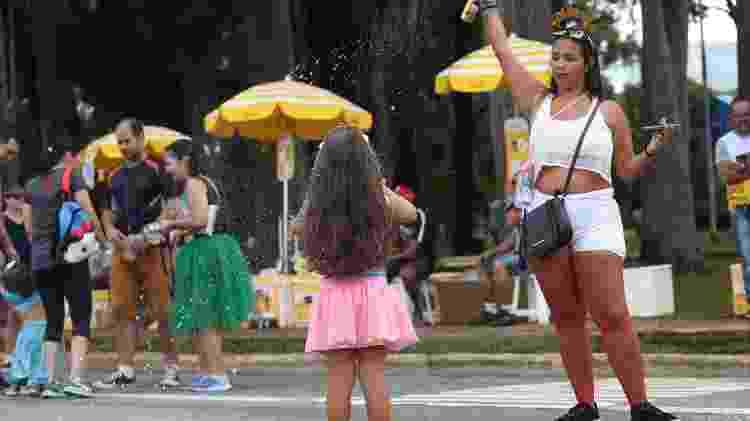 Crianças brincam na rua enquanto aguardam o suposto bloco de Carlinhos Brown em São Paulo - RENATO S. CERQUEIRA/FUTURA PRESS/ESTADÃO CONTEÚDO - RENATO S. CERQUEIRA/FUTURA PRESS/ESTADÃO CONTEÚDO