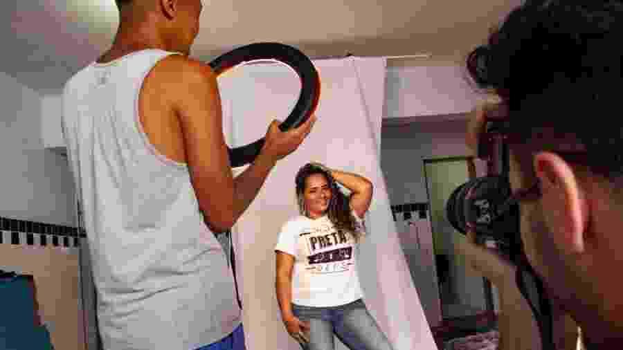 Jenifer Santos faz pose para o fotógrafo em dia de modelo no projeto FavelaMona - Fabiana Batista/UOL