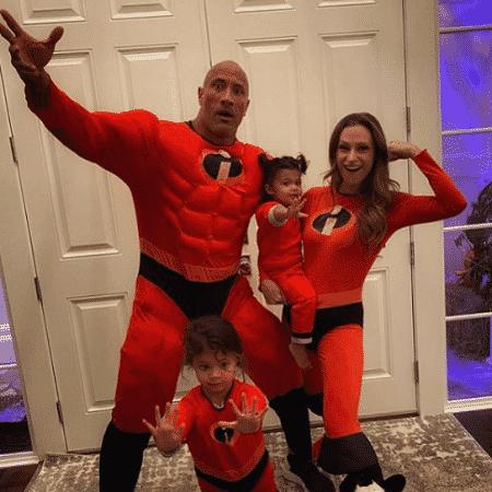 The Rock e família encarnam Os Incríveis em festa - Reprodução/Instagram