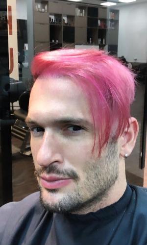 Diego Hypolito pinta cabelo de rosa