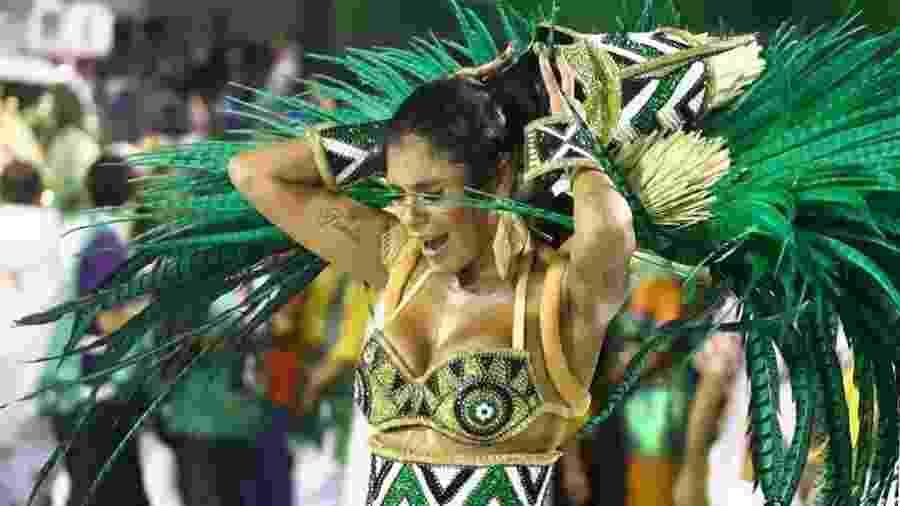 Pocah enfrenta contratempo com fantasia em desfile da Grande Rio - Daniel Pinheir/AgNews