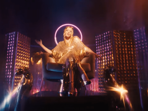 Kylie Minogue no clipe de 'Magic'