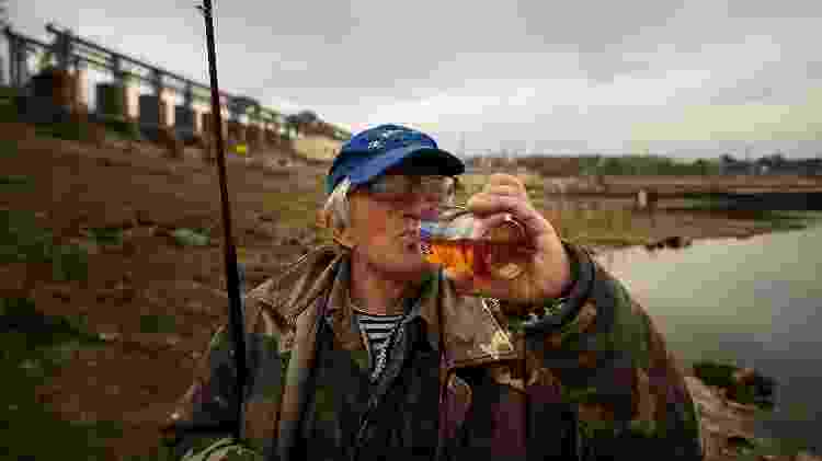 Pescador da Transdnístria bebe conhaque da garrafa - Getty Images - Getty Images