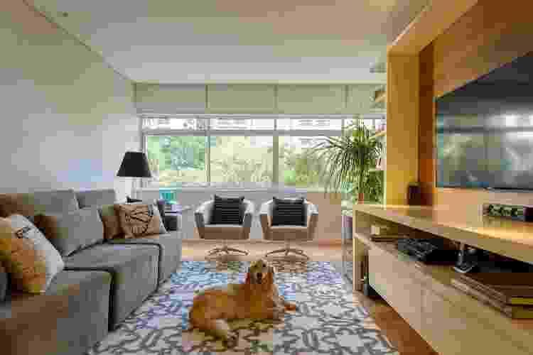 Sofás modulares, em suede bege, foram integram essa sala de estar projetada por Carina Dal Fabbro - Divulgação - Divulgação