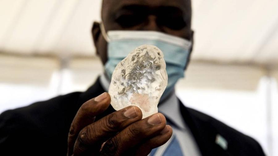 O presidente Mokgweetsi Masisi com o diamante de 1.098 quilates - Monirul Bhuiyan / AFP