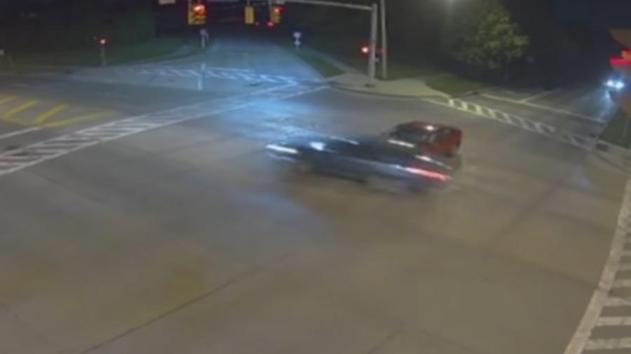 Mulher bate em carro após furar farol vermelho - Reprodução