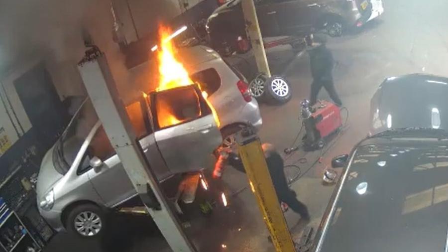 Carro pega fogo em oficina na Inglaterra - Reprodução