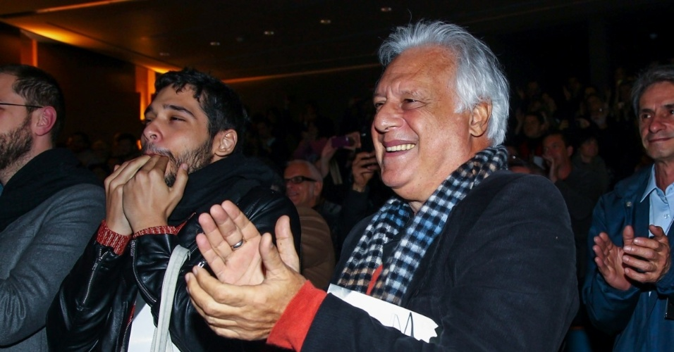 """5.set.2015 - Bruno Fagundes e o pai, Antonio Fagundes, aplaudem após o espetáculo. Depois de 25 anos longe dos palcos, Tarcísio Meira volta a atuar na peça """"O Camareiro"""", no Teatro Porto Seguro, em São Paulo."""