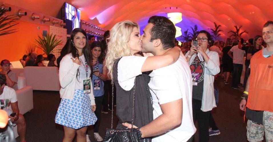 20.set.2015 - Noivos, Antônia Fontenelle e Jonathan Costa se beijam e curtem momento de romance no Rock in Rio