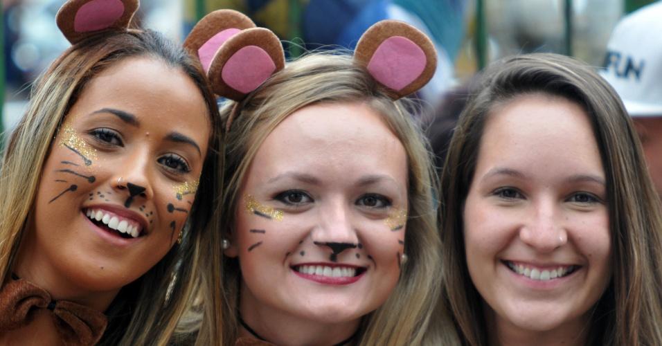 17.jan.2016 - Gatas de maquiagem curtem o desfile do bloco Só Caminha, no Largo dos Leões, no Rio de Janeiro.