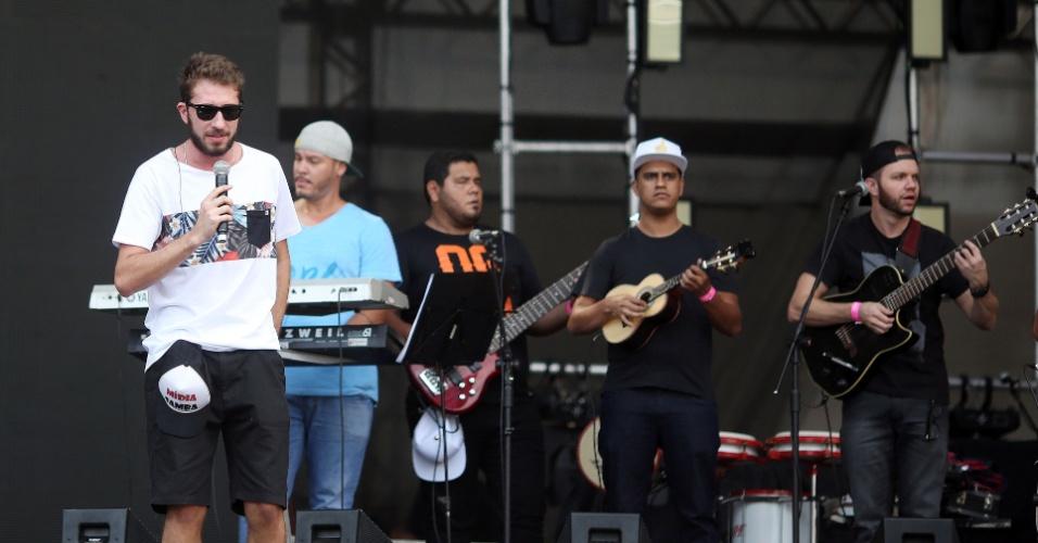 23.jan.2016 - Os músicos da banda Mídia Samba tocaram um repertório animado. Sucessos de Carnaval fizeram o público sambar bastante ainda no começo da festa