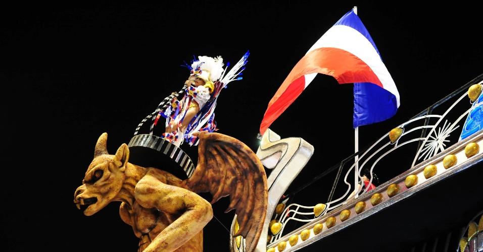 7.fev.2016 - Destaque da Vai-Vai desfila em cima de uma gárgula no carro que traz réplica da torre Eiffel. A atual campeã do Carnaval paulista homenageou a França em seu enredo.