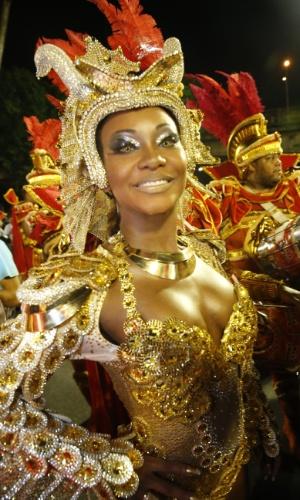 7.fev.2016 - Rainha de bateria da Estácio de Sá, Luana Bandeira se prepara para entrar na avenida. Desfile terá o tema São Jorge