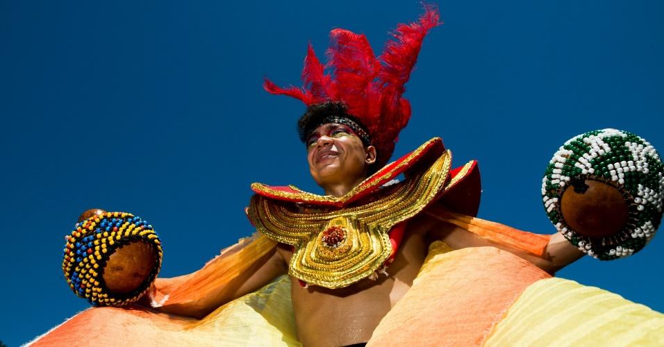 9.fev.2015 - Terça-feira de Carnaval continua com foliões animados no bloco Orquestra Voadora no Aterro do Flamengo, no Rio de Janeiro