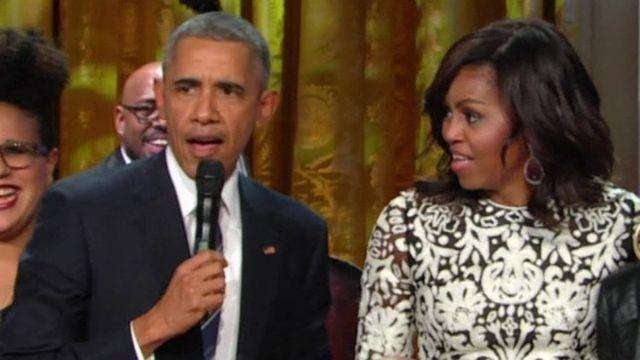 Ao lado da primeira-dama Michelle, Obama canta Ray Charles em evento na Casa Branca
