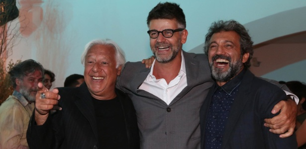 """O diretor de """"Velho Chico"""", Luiz Fernanda Carvalho entre os atores Antonio Fagundes (à esq.) e Domingos Montagner - Marco Antonio Teixeira/UOL"""