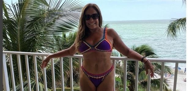 31.mar.2016- Fim das férias e Susana Vieira fez questão de registrar o último dia de descanso em Saint Barth, no Caribe. De biquíni, a atriz exibiu suas curvas e lamentou o fim das férias.