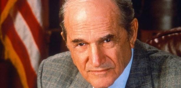 """O grande papel de Hill na televisão foi o do promotor Adam Schiff da série criminal """"Law & Order"""" - Reprodução"""