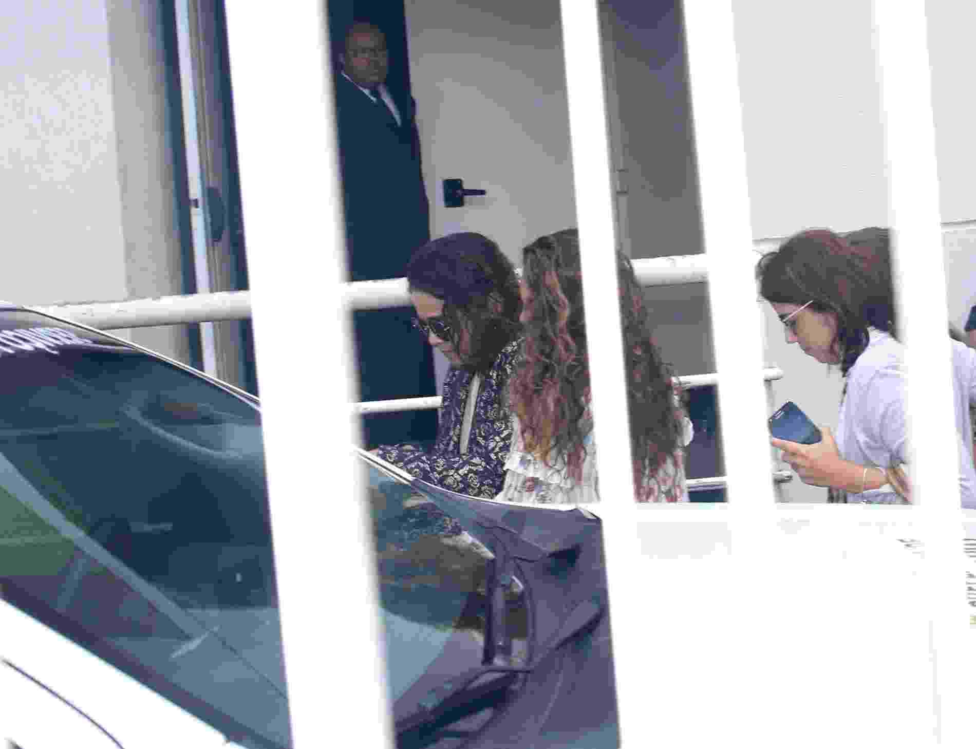 17.set.2016 - Luciana Lima esposa do ator Domingos Montagner chega no Teatro Fernando Torres onde acontece o velório do ator na manhã deste sábado - Thiago Duran/AgNews